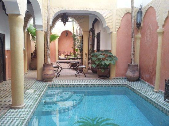 Riad Itrane : patio avec la piscine