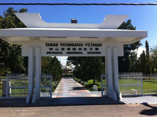 Petagas War Memorial: The entrance