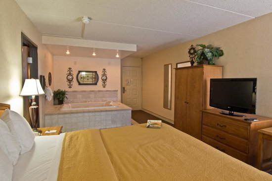 Quality Inn Chillicothe: Bedroom Area of a Jacuzzi Suite