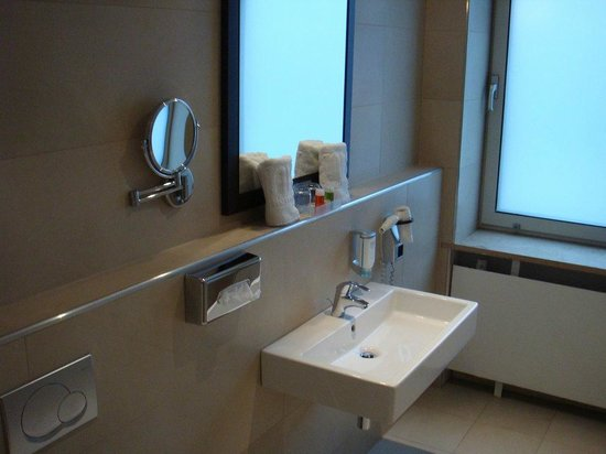 NH Hamburg Mitte: Badezimmer
