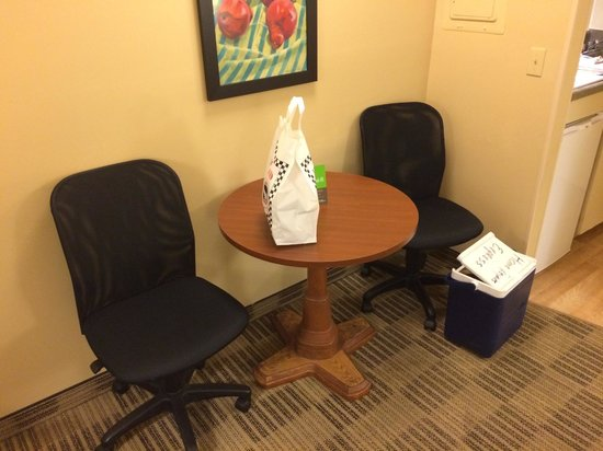 Extended Stay America - Chesapeake - Churchland Blvd.: Small Table and Chairs