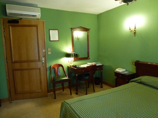 Hotel Belle Epoque: Tidy, comfortable room (fabric covered walls)