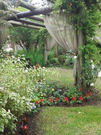 Pousada Jardim Secreto: vista parcial do jardim de entrada
