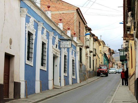 Hostal Compania de Jesus : fachada e Calle Chuvisaca