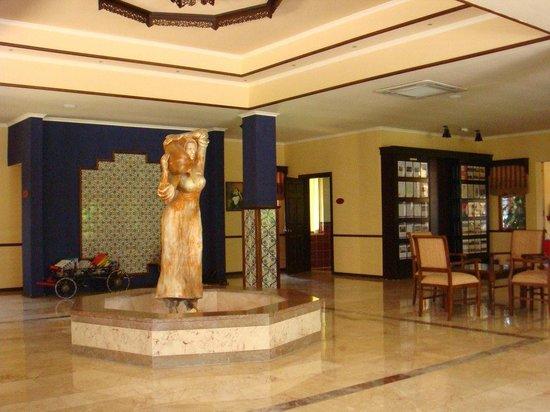 Club Grand Side: Foyer