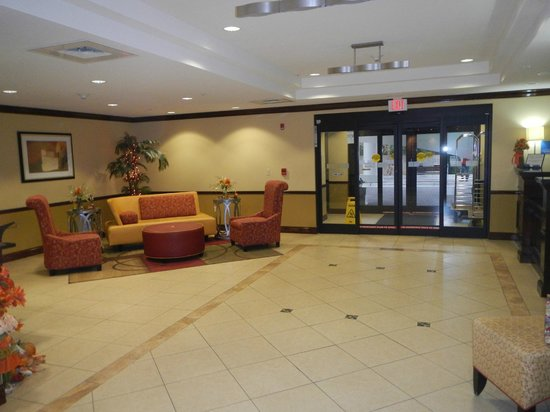 Holiday Inn Express Hotel & Suites - Pensacola West-Navy Base: Entrada a Recepcion