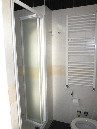 New Generation Hostel Urban Brera: Ванная комната в 4-хместном номере на 2 этаже
