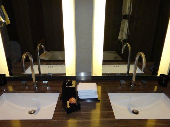 Armani Hotel Dubai: banheiro apartamento
