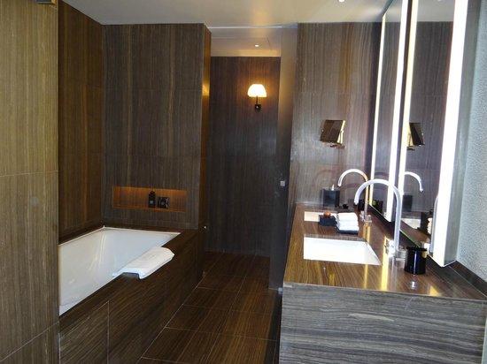 Armani Hotel Dubai: vista do banheiro
