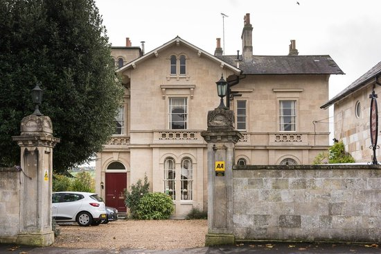 Apsley House Hotel: Entrance to the car park