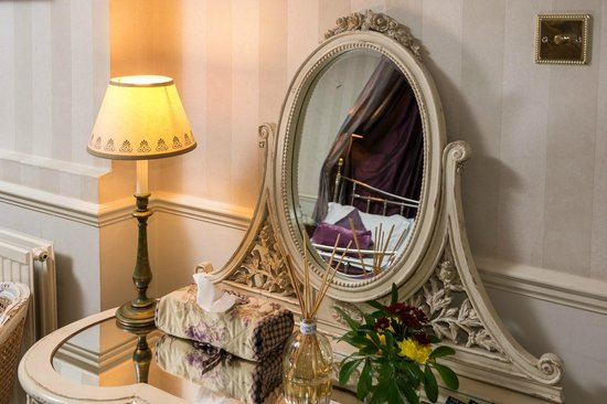 Apsley House Hotel: Dressing table