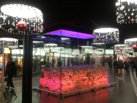 Bahnhof Bern: Bern - Hauptbahnhof - Rest der mittelalterlichen Stadtmauer in Vitrine und farbig beleucht