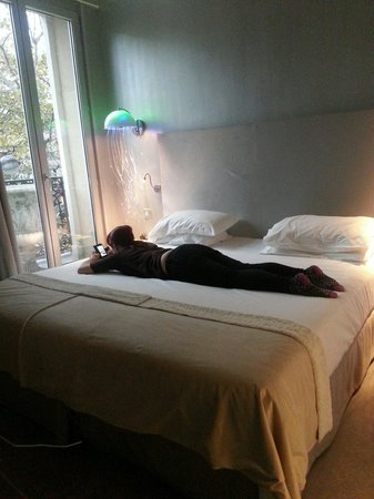 Hotel Original Paris: Giant bed,  or really small woman ??  :-P