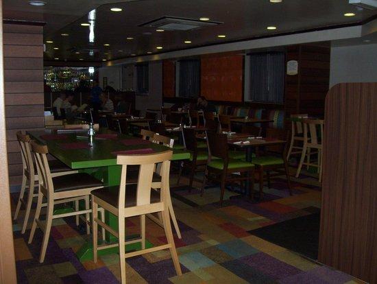 Fairfield Inn New York JFK Airport: breakfast area and restaurant