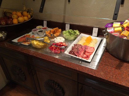 Hilton Santa Fe Historic Plaza: Full Breakfast Buffet with Fresh Fruit and Smoked Salmon