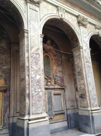 Museo Diocesano Napoli - Complesso Monumentale Donnaregina: una vista del chiostrino settecentesco di accesso alla chiesa vecchia