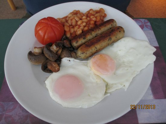 Cannards Grave Farmhouse : Vegetarian sausages with sunny side up eggs ^_^