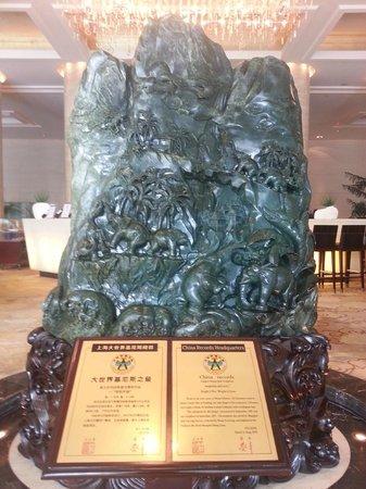 Radisson Blu Hotel Shanghai Hong Quan: Jade/stone display in the Lobby