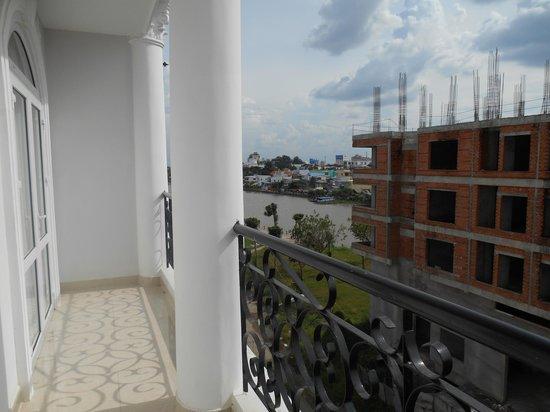 Hanh Phuc Hotel Can Tho : balcon, vue sur la rivière et construction à l'abandon