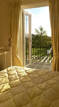 Avalon Lodge Bed & Breakfast: Serenity - Sunny Balcony and Country Views