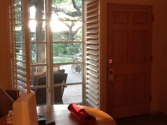 Petit Logis Inn : large windows open to courtyard patio