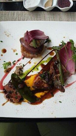 Le Thiers Temps : suprême de pigeonneau rôti et cuisse confite, poire pochées au vin rouge et tarte fine à l'échal