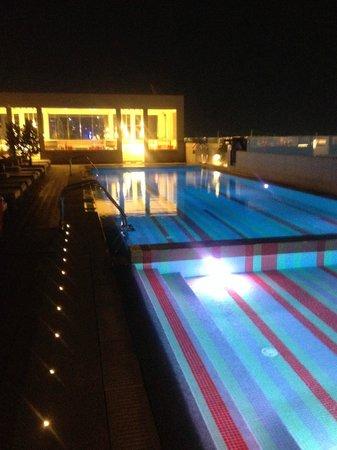 Amari Doha Qatar: pool with loungeroom
