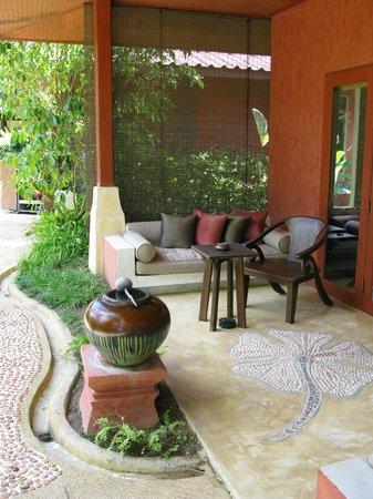 Pestana Bazaruto Lodge All Inclusive: water pot and coconut shell for foot washing at Zazen, Koh Samui