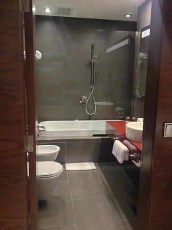 Amari Doha Qatar: Bathroom
