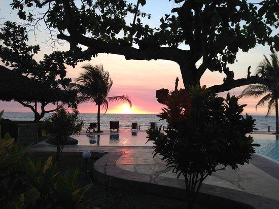 Hotel Arc en Ciel: Coucher de soleil au bord de la piscine