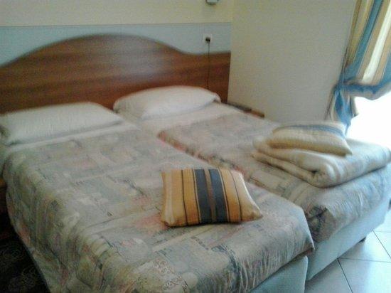 Hotel Pesce d'Oro: letto matrimoniale....bah...