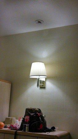 Econo Lodge: No smoke detector
