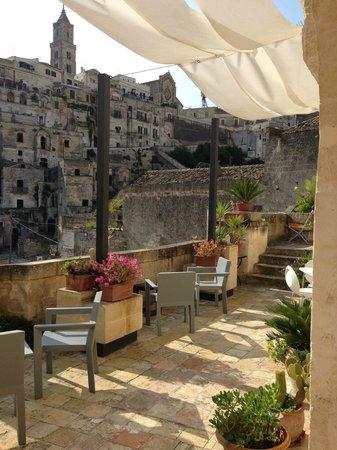 Fra i Sassi Residence: Vista da varanda em frente aos quartos
