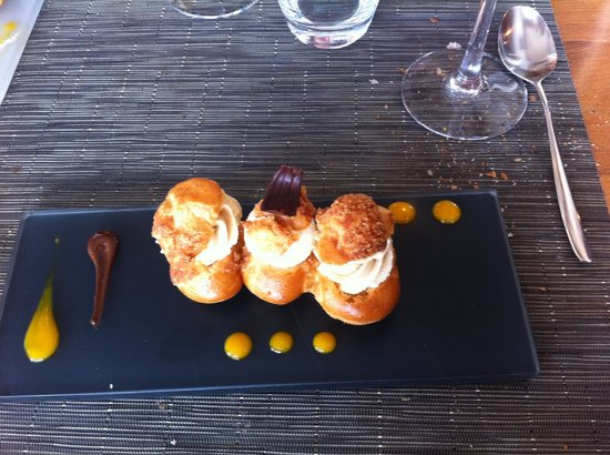 Le Ventre de l'Architecte : Mini choux marrons et le central au mascarpone, coulis de mangue et chocolat noir