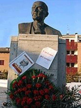 Cavriago, Italy: dimostrazione che il busto c'è!!!!