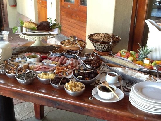 Shumbalala Game Lodge: breakfast, then Lynn or Michelle take your orders for eggs and bacon