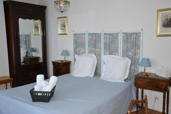 Chambre bleue photo de la maison rose puiseaux for Eugenie les bains la maison rose