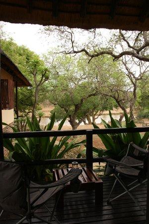 Kurhula Wildlife Lodge: Veranda met uitzicht op de rivier