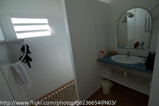 Hostellerie des Chateaux : Salle de bain avec grande douche