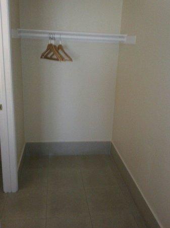 Eldorado Inn & Suites : the closet space