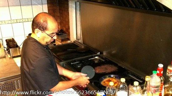 Hostellerie des Chateaux : Le chef au travail (les bananes flambées sont délicieuses)