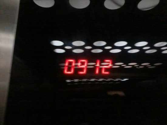 Holiday Inn Manaus: Elevator with clock (see the other photo with the temperature at this time)