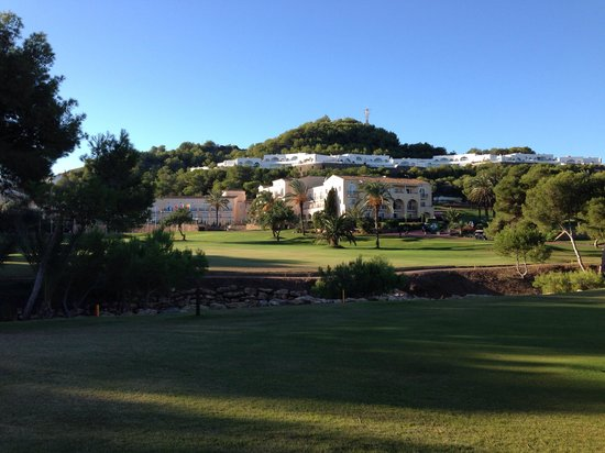 Hotel Príncipe Felipe 5*- La Manga Club: Hotellet mitt mellan banorna