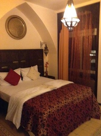 Hotel Villa Oriental: Room when we arrived, rather small but nicely furnished