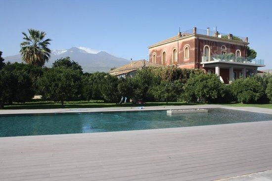 Zash Country Boutique Hotel: Piscina frente al Etna
