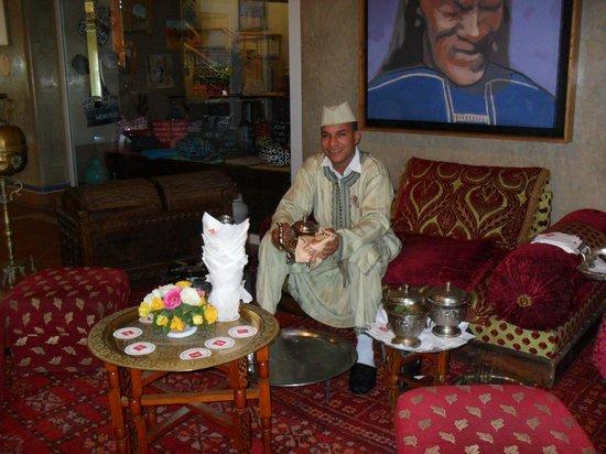 ClubHotel Riu Tikida Dunas: Tea man in hotel reception