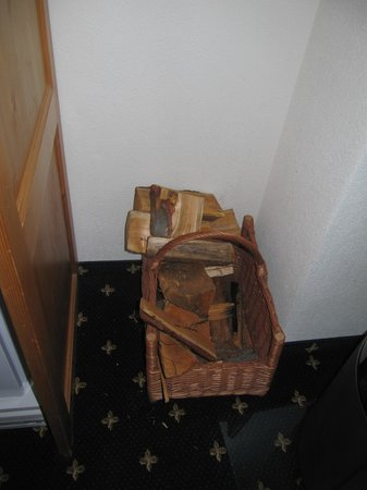Ferienart Resort & Spa: Panier à bois dans la chambre