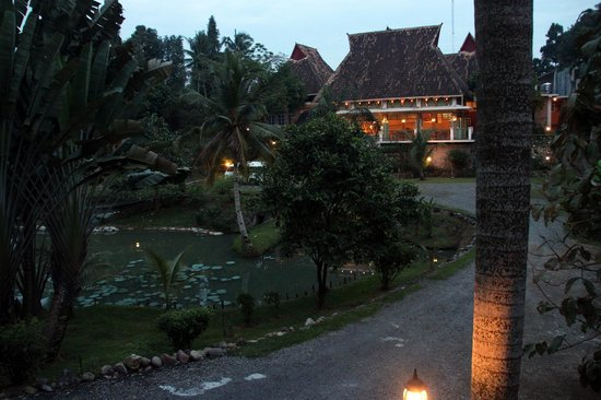 Hotel Deli River : het restaurant in de avondschemering