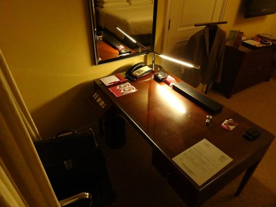 Crowne Plaza Century Park Shanghai: Desk on club floor
