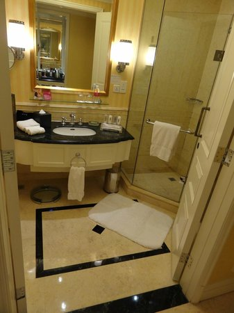 Crowne Plaza Century Park Shanghai: Bathroom on club floor